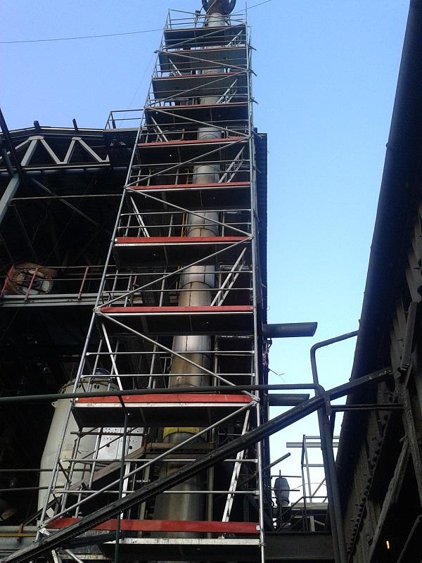 Montáž lešenia okolo CO2 komína vo Fortischem a.s. Nováky pre Ecoflex s.r.o. Prievidza