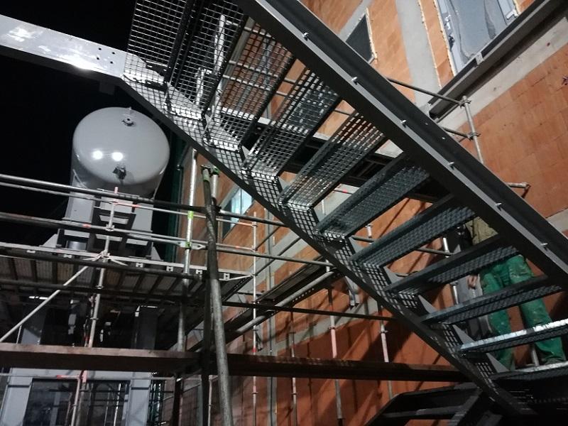 Montáž lešenia pre montáž schodiska vo Fortischem a.s. Nováky pre Ekoflex s.r.o. Bratislava