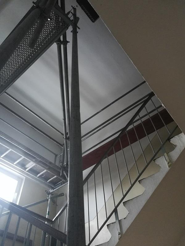 Montáž lešenia pre montáž výťahovej konštrukcie na ul. Hodžovej vPrievidzi pre Výťahy Ostrava