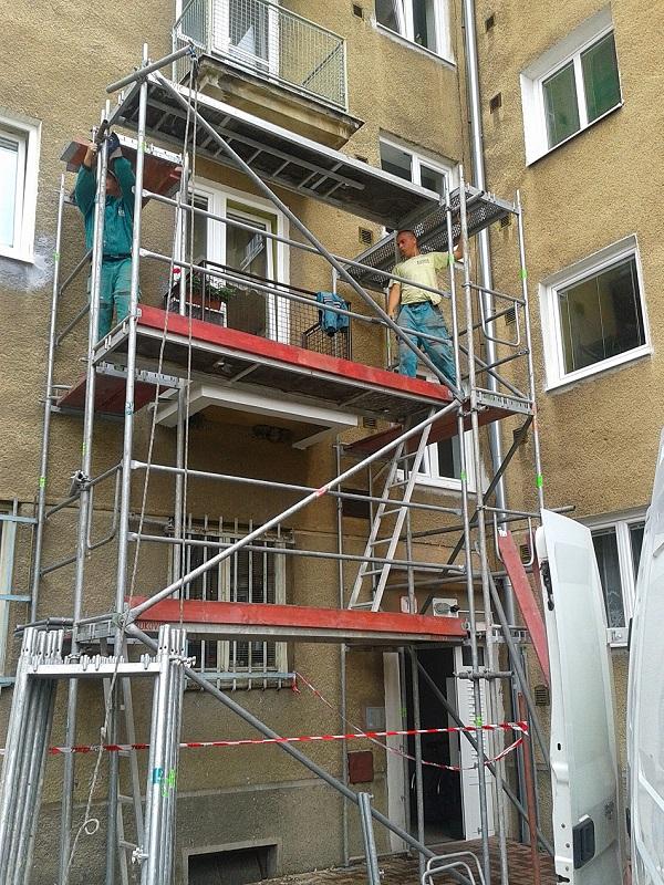 Prenájom lešenia pre revitalizáciu balkónov bytový dom Nováky pre Content Plus s.r.o. Trenčin