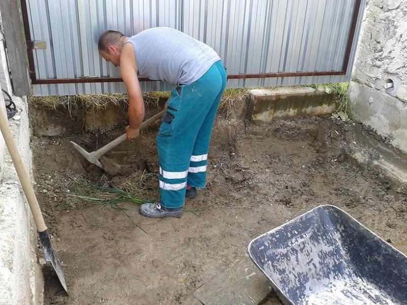 Zatepľovanie špaliet, montáž parapetných dosiek, betónovanie, pokládka zámkovej dlažby Prievidza